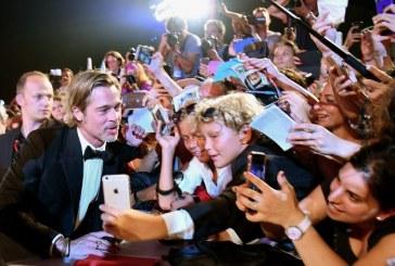 Brad Pitt causa furor a su paso por la alfombra roja en Venecia