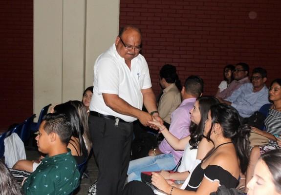 Andrés Velásquez, jefe del departamento de Derecho felicitó a cada uno de los estudiantes por logró de ir a representar a la universidad.