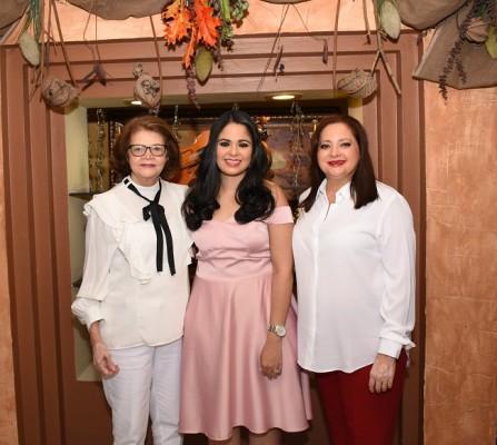Alma de Chinchilla con su nieta, Alejandra Herrera y su madre, Alma de Herrera.