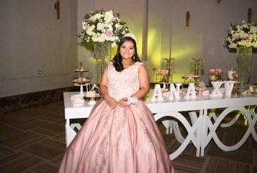 Ana Carolina celebra sus 15 años entre flores y sonrisas