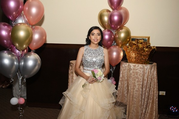 Ashley Valeria Aguilar en su fiesta de quinceañera de inspiración rose gold