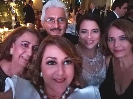 Carola Mestayer, Margarita Kawas, Héctor y Debbie de Reyes con Aracely Castillo