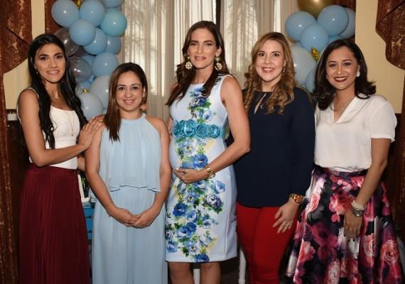 Con las oferentes, Jennifer Buckley, Indira Castejón, Joseline Buckley de Santos, Carolina Rodríguez y Andrea Villanueva