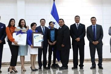 19 docentes reciben Orden Dionisio de Herrera por su dedicación y méritos profesionales