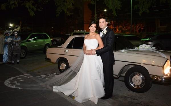 De impecable estilo clásico, los esposos se decantaron por llegar a su fiesta postboda a bordo de un automóvil cómodo y sumamente elegante.