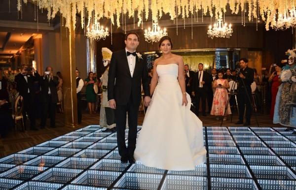 """Ricardo y Jennyfer brillaron con luz propia al enfundarse en sus outfit nupciales…para ella: """"más es ménos"""" con su estilo minimalista…para él, la galantería fue indiscutible."""
