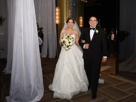 Los recién casados durante su entrada triunfal de bodas