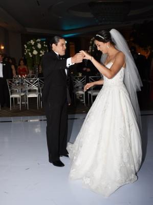 Los novios compartieon su primera melodía como esposos: Can't Help Falling In Love ¡Romántico momento!