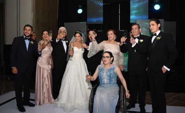 Las familias Bográn-Castro y Reyes-García, brindaron por la felicidad de Guillermo y Mildred.