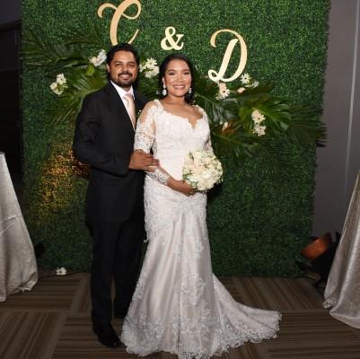 Los recién casados brillaron con sus atuendos nupciales en su mágica noche de bodas