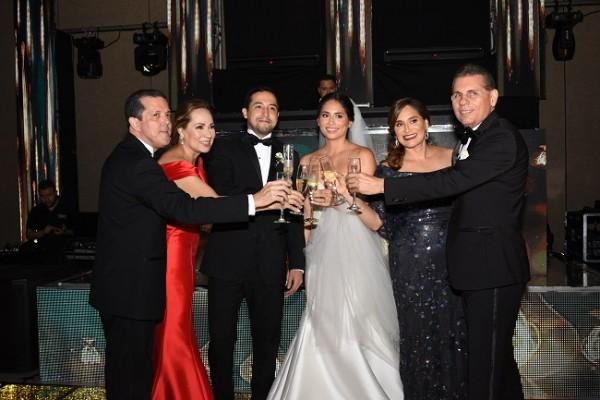 El brindis de las familias Bustillo y Bográn por la felicidad de los novios.