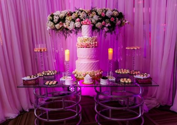 El candy bar y pastel de celebración fueron creados por Chocolatier by Annie Bueso.