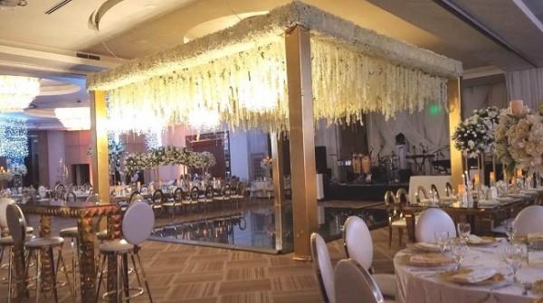 El innovador diseño floral del cielo en la pista de baile fue una de las sensaciones en la velada nupcial de Ricardo y Jennyfer