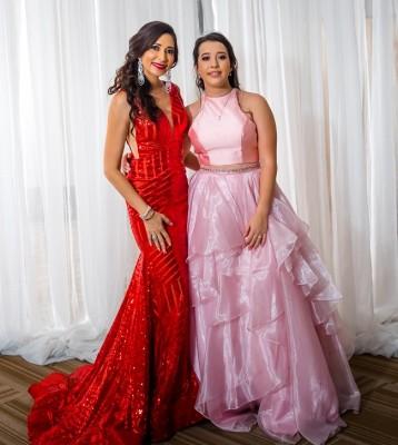 Elisa Paz acompañada de su hija Paola Sofía Solís Paz.