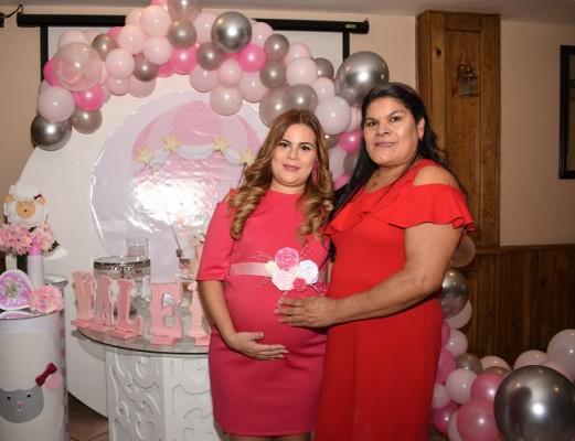 Evelyn Michel Mejía de Rivera acompañada de su madre, María Ocampo