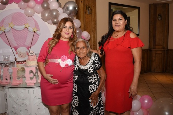 Evelyn Michel Mejía de Rivera con la bisabuela de su bebita, María Hilaria Tróchez y la abuela materna, María Ocamp