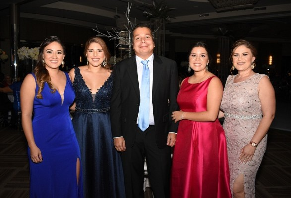 Fanny Robles, Andrea Restrepo, Luis Canales, Norma Restrepo y Jennifer Robles