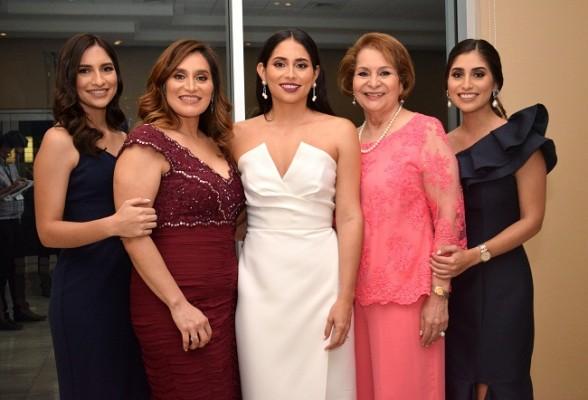 Isabella Bográn, Alicia de Bográn, Sara Bográn de Bustillo, Sara Beatriz Cisneros y Alejandra Bográn.