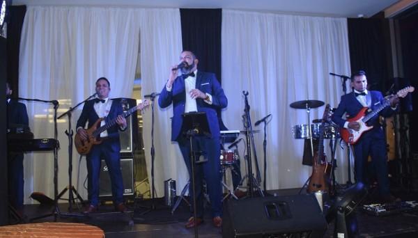 Jorge Torres musicalizó con mucho ritmo la velada juvenil.