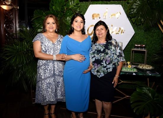 La abuela materna Lucy de Ordóñez, Nelssy Ordóñez de Reyes y la abuela materna Rosa Enamorado de Reyes