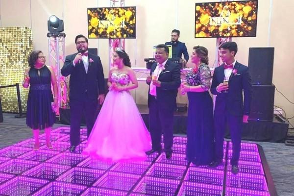 La familia Discua-Fajardo invitó a todos a levantar sus copas por la felicidad y futuro prometedor de la quinceañera