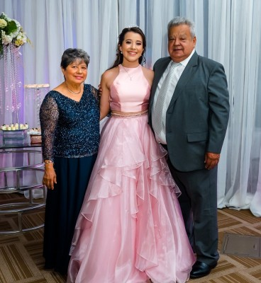 La hermosa quinceañera junto a sus abuelos Telsa y Óscar Hernán Solís