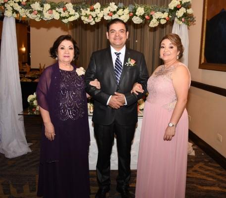La madre de la novia, Carmen Guadalupe Bueso, junto a sus hermanos, Adan Josué Borjas y Carolina Muñoz