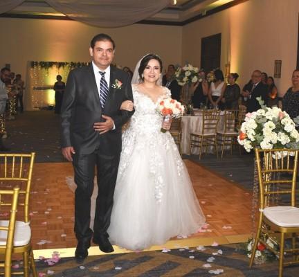La novia ingresó del brazo de su hermano, Adan Josué Borjas al son de One Thousand Years