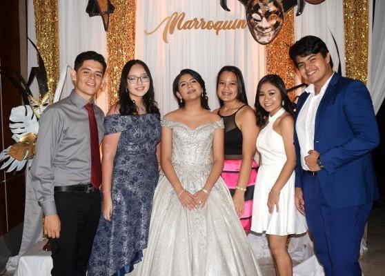 La quinceañera junto a sus compañeros de noveno grado en la Saint Peter's Academy.