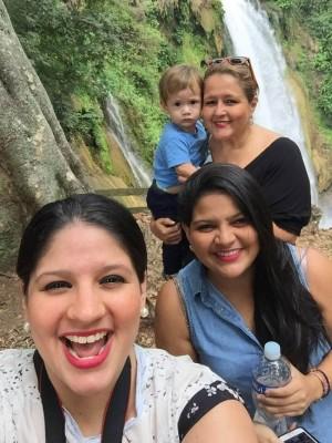 Linda Castro de López y familia difrutando de las bellezas naturales