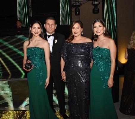 Los padres de la novia, Alicia Rodríguez de Bográn y Alberto Bográn, junto a sus hijas, Alejandra e Isabella.