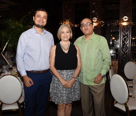 Mario Flores, Loretta Flores y José Flores