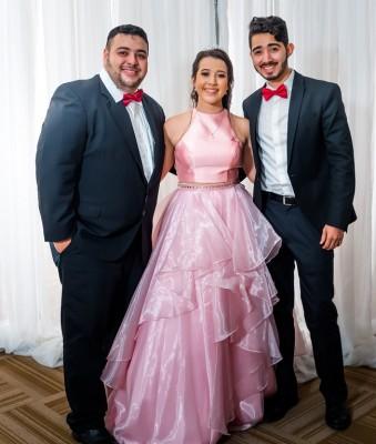 Paola Sofía junto a sus hermanos Luis Enrique y Oscar Hernán