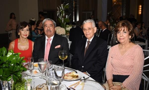 Paty y Rafael Flores con Romeo Rendón y Mina de Rendón