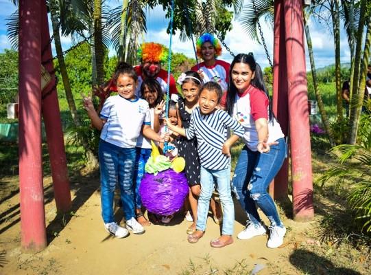 Grupo Jaremar dibuja sonrisas a 50 niños-Reventar piñatas