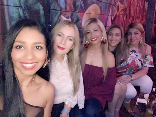 Roxy Elena Cruz, Brenda Sosa, Claudia Avilez, Teresa Caballero y Liliana Pleitez, celebrando el cumple de Claudia