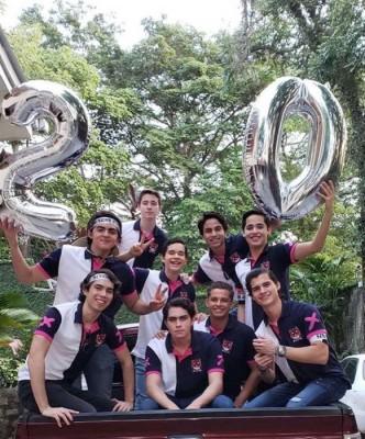 Los Seniors XX de la Seran School en una imagen de su entrada