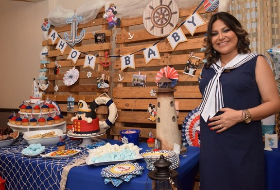 Un baby shower de Mickey Mouse náutico en honor a Thelma