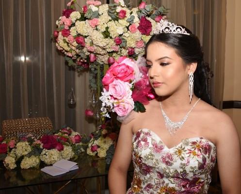 Valeria Abigail lució la delicadez de la edad primaveral que coronó es su fabulosa noche de celebración.