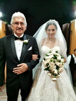 Mildred Reyes García entro al recinto eclesiástico del brazo de su padre, Héctor Reyes