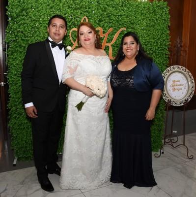 Alejandro Meléndez, Karen Burgos, y su dama de honor, Gabriela López Cueva