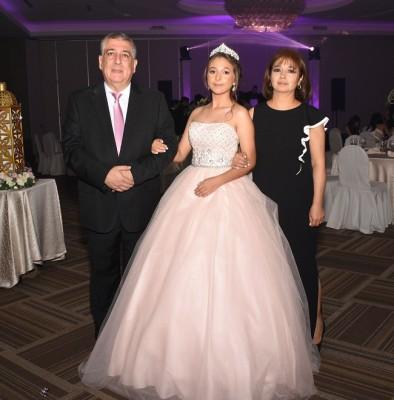 Isssa Kafati, muy orgulloso del brazo de su bella hija, Kathia Kafati y su madre, María de Los Angeles de Kafati