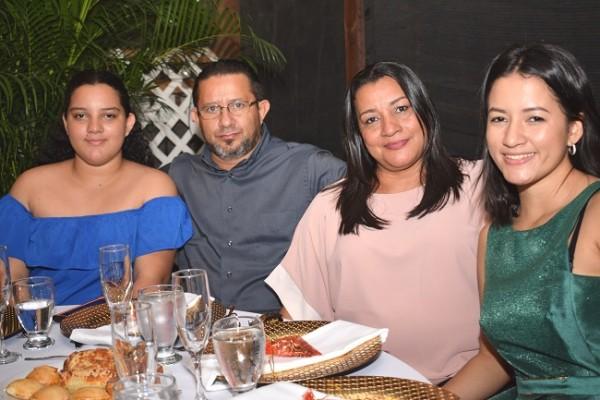 Daniela, Pedro, Lucy y Eva Villanueva.
