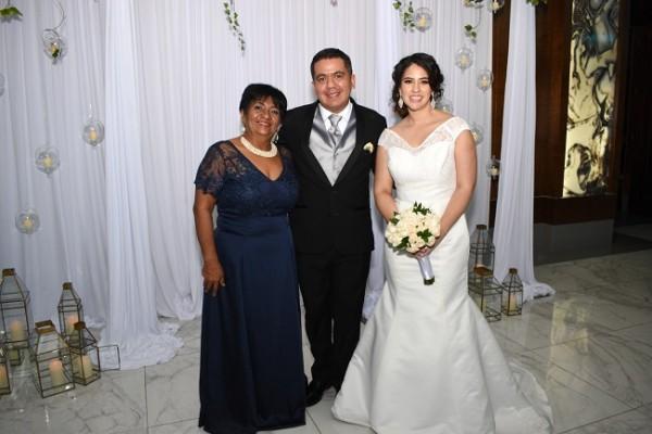 Daysi Tercero junto a su hijo, César Ferrera, Tania Espinoza