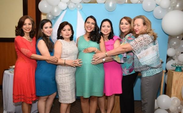 Eneida Martínez, Cindy García, Lucy de García, Carmen Emilia Sagastume de García, Cinthia Alvarenga, Ana Morales y Susy Lagos