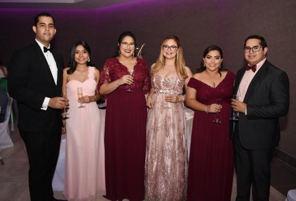 Gabriel Pedroza, Claudia Tinoco, Karla Cruz, Cristy Flores, Kimberly de Cruz y Carlos Cruz