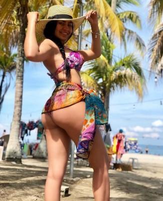 La Miss Tegus y presentadora del canal HCH, Alejandra Rubio, revolvió el calor de Tela cuando mostró su nueva y voluptuosa figura... Con su caminar atrevido y su diminuto vestido... dejó atarantados a los pobres hombres y muertas de la incomodidad a muchas mujeres que andaban con sus parejas respectivas...