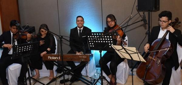 La agrupación musical Más Música, Más Esperanza fascinó a todos con su clásica puesta en escena