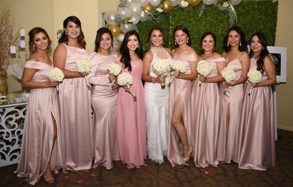 La bella novia con las damas de su cortejo de bodas
