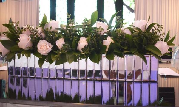 Rosas nude, verdfes follajes y bases de espejos, engalanaron la velada nupcial Casco-Maalouf